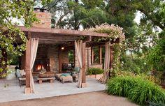 Mooi ontworpen loungetuin met veranda.