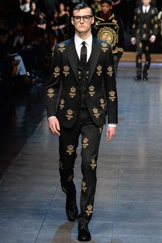 Dolce & Gabbana Fall 2015 Menswear Fashion Show Collection: See the complete Dolce & Gabbana Fall 2015 Menswear collection. Look 26 Mode Masculine, Latest Mens Fashion, Runway Fashion, Milan Fashion, Dolce And Gabbana Man, Designer Clothes For Men, Mens Fall, Fashion Show Collection, Suits