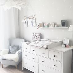 Kinderzimmer Ikea Hemnes Wickeltisch You are in the right place about baby room decor bear Here we offer you the most beautiful pictures about the … Baby Boy Rooms, Baby Bedroom, Baby Boy Nurseries, Baby Room Decor, Kids Bedroom, Baby Wallpaper, Room Wallpaper, Wallpaper Ideas, Neutral Wallpaper