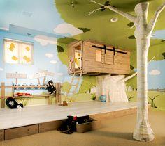 Fotos acompanhadas de uma pequena descrição de uma casa na árvore no quarto das crianças. Um quarto personalizado que fará as delícias dos mais pequenos.