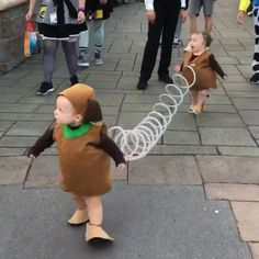 mil Me gusta, comentarios - StreetArtGlobe (streetartglobe) en quot;This Toystory slinky dog could quite possibly be the best Halloween costume weve ever seen! Group Halloween Costumes, Couple Halloween, Halloween Outfits, Halloween Kids, Baby Halloween Costumes For Girls, Disney Family Costumes, Twin Costumes, Cute Costumes, Toy Story Costumes