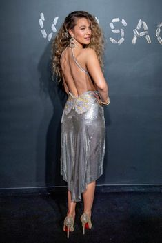 On Sunday night, Blake Lively wore a metallic silver dress to the Versace Pre-Fall 2019 show in New York City, where she supported close friend Gigi Hadid. Blake Lively Family, Blake Lively Vogue, Estilo Gossip Girl, Crystal Dress, Do It Yourself Fashion, Silver Dress, Metallic Dress, Couture, Retro Outfits