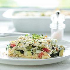 Lasagne z cukinią i bobem z pomidorami i świeżą cebulką, pod serem kozim i chrupiącą skórką z tartego parmezanu