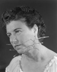 Peggy Guggenheim, una vita da collezione.  In fotografia Peggy Guggenheim con gli orecchini realizzati per lei da Alexander Calder, anni '50 © Fondazione Solomon R. Guggenheim, foto Archivio Cameraphoto Epoche, donazione Cassa di Risparmio di Venezia, 2005.  #KandinskyPollock