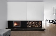 APPAREIL Architecture Offers a Tone-on-Tone Decor for a Residence Between City and Nature. The young Montreal firm was offered a magnificent challenge when it was mandated to update the interior of this spacious Île. Wood Fireplace, Fireplace Design, Fireplaces, Residential Architecture, Interior Architecture, Interior Design, Foyers, Maple Wood Flooring, Montreal