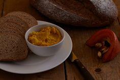 Omdat je nooit genoeg hummusrecepten kunt hebben, hebben we een herfstige hummus ontwikkeld. De geroosterde pompoen geeft de spread een prachtige kleur en zachte smaak. Heb je geen pompoen over van gister