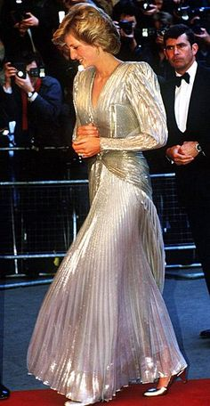 Princess Diana - arrives for the London premiere of the James Bond film 'A View To A Kill' at the Empire, Leicester Square, July She is wearing a gold lame evening gown by Bruce Oldfield. (Photo by Jayne Fincher/Princess Diana Archive/Getty Images) Lady Diana Spencer, Princess Diana Dresses, Princess Diana Fashion, Belle Silhouette, Prinz William, Iconic Dresses, Diane, Gianni Versace, Princess Of Wales