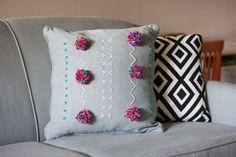 Almofadas bordadas! #decoracao #pillow #almofada #sofa #couch #VilaMulher #bordado #design