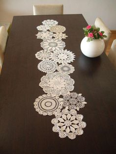 Doilies Crafts, Crochet Doilies, Crochet Projects, Sewing Projects, Doily Art, Diy And Crafts, Arts And Crafts, Invisible Stitch, Crochet Table Runner