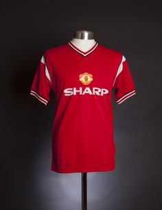 Manchester United 1985 home shirt. Available from camporetro.com.