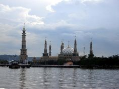Samarinda Islamic Center Mosque is the mosque located in Samarinda, East Kalimantan, Indonesia, which is the most magnificent mosques and the second largest in Southeast Asia after Istiqlal Mosque. In the foreground of the Mahakam river banks, this mosque has a tower and a large dome that stands upright. Islamic Center, Beautiful Mosques, Indian Architecture, East Indies, River Bank, World's Most Beautiful, Borneo, Southeast Asia, Islamic Quotes