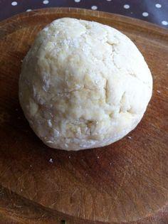 Une pâte légère et très agréable en bouche idéale pour vos tartes minutes ! INGREDIENTS : 200g de farine 1 oeuf 100g de fromage blanc 2cs de sucre OU 1cc rase de sel pour une version salée PREPARATION : Mettez tous les ingrédietnts dans un grand saladier...
