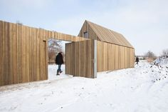 Amazing Timber Cladding Ideas to Spike up Your Building Design Nature Architecture, Residential Architecture, Interior Architecture, Casa Loft, Wood Facade, Pivot Doors, Timber Cladding, Small Buildings, House In The Woods