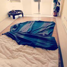 Il momento in cui ascolto #hardrock: quando devo infilare il futon nella sua copertura. Voglio l'impiuminatore di #zerocalcare. Qualcuno me lo chiama? Io sono qui probabilmente incastrata dentro. #shiatsu #grandipulizie