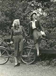 Señoritas y bici.