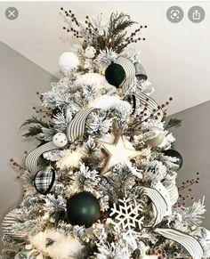 Christmas Tree Ribbon Garland, Flocked Christmas Trees Decorated, Black Christmas Trees, Beautiful Christmas Trees, Christmas Tree Themes, Christmas Tree Toppers, Rustic Christmas, Christmas Crafts, Merry Christmas