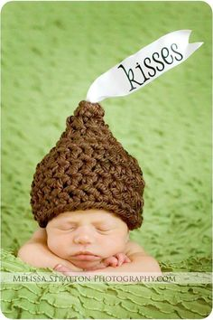Hershey kisses hat - How cute! (This would be a good reason to learn how to crochet. Baby Boys, Baby Kostüm, Foto Newborn, Newborn Photos, Crochet Bebe, Crochet Hats, Chunky Crochet, Cute Kids, Cute Babies