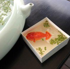"""Keng Lye crea animales que, gracias a la utilización de pintura acrílica y resina, podrían pasar por peces reales. Para lograrlo emplea algunos objetos como rocas o caparazones que sirven para dar un efecto 3D a sus obras; tal es el caso de """"La tortuga"""": obra en la que usó un caparazón real y así […]"""
