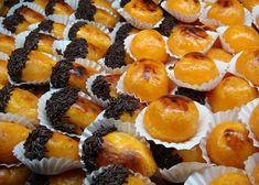 Castanhas Doces de Viseu! Ingredientes : 250 g de açúcar 15 gemas de ovos Confecção: Leva-se o açúcar ao lume com um pouco de água e deixa-se ferver até fazer ponto de pérola (108ºC). Retira-se do lume, deixa-se arrefecer e adicionam-se 14 gemas. Leva-se o preparado novamente ao lume para engrossar. molda-se a massa em …