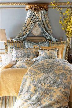 Текстиль играет важную роль в интерьерах Прованс – традиционным рисунком как для обивки, так и для стен является Toile de Jouy, но не редки клетка, полоска, цветочные мотивы и просто пастельные тона. #прованс #дизайнинтерьера #дизайн #интерьер #спальня #текстиль #балки #желтый #голубой #french #country #классика