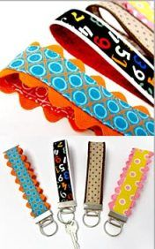 Porta-chaves em tecido - shares a fun – and practical – project for using your smaller fabric scraps. It's a key fob with a colorful fabric strap that you can wear around your wrist. Small Sewing Projects, Sewing Projects For Beginners, Sewing Hacks, Sewing Tutorials, Sewing Crafts, Sewing Patterns, Ribbon Crafts, Tape Crafts, Key Fobs