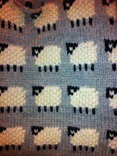 DT-medlem Lise har strikket en flott vognpose med sauer fra Dale Garn nr 248 - 20, garn Hegre. En riktig god og varm pose for de små.