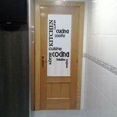 ¿Os gusta la puerta de Alberto? Puerta con vinilo traslúcido y las letras dibujadas en color negro.