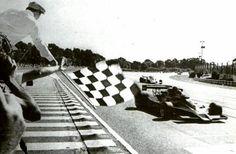 Quelles sont les origines du drapeau à damier dans le sport auto?