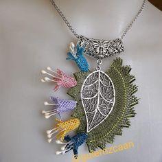 Yaprak model kolyelerimizde hazır #😉💃 #kolye #iğneoyasi #igneoyasikolye #kolyemodelleri #elişi #elemeği #zarif #modeller #renkler #kombin… Tassel Necklace, Crochet Necklace, Pendant Necklace, Needle Lace, Polymer Clay Jewelry, Needlework, Jewels, Embroidery, Beads