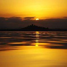 tramonto al lago Trasimeno #trasimeno #trasimenolake #nature #landscape #umbria #umbrians #igerumbria #igersumbria #umbriagram  #instatravel #lake #lago #acqua #natura #perugia #tramontoitaliano #sun #sunset #sunshine #sky #clouds #sunset_pics #ig_sunsetshots #color #sunsetlovers by giorgiobrusconi