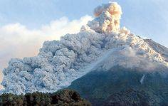 Merapi 2006, 4.Monte Merapi(Indonesia) 2.911 metros  Conocido como el ¨Monte del Fuego¨, es uno de los volcanes que más víctimas se ha cobrado. En octubre de 2010, su erupción desencadenó un terremoto de magnitud 7.7 y un gran tsunami que se cobro la vida de 272 personas. Lo peligroso de este volcán, es que a lo largo de su falda hay mucha población enciudades de considerabletamaño como Yogyakarta.