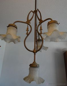 ANTIGUA LAMPARA MODERNISTA DE LATON Y 4 TULIPAS ESMERILADAS. ART NOUVEAU. 1910-20