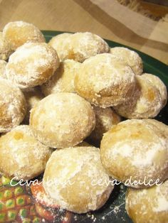 Adela Zilahi: Fursecuri fragede cu nuca Romanian Desserts, Romanian Food, Good Food, Yummy Food, Special Recipes, Party Snacks, Biscotti, I Foods, Cookie Recipes