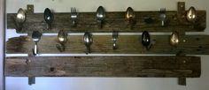 Mukiteline harmaasta laudasta ja vanhoista ruokailuvälineisrä. A mugholder feom grey wood and old spoons.