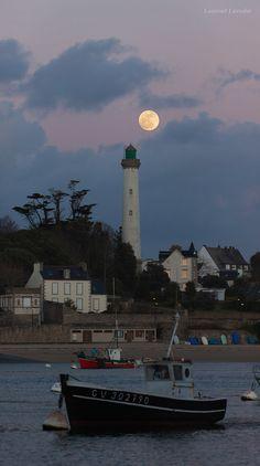 """""""Benodet Full Moon"""". Bateau de pêche au mouillage devant le phare de Bénodet. Bretagne."""