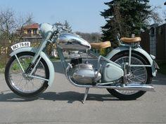 Jawa Antique Motorcycles, American Motorcycles, Cars And Motorcycles, Vintage Cycles, Vintage Bikes, Vintage Cars, Scooter Motorcycle, Moto Bike, Classic Motors