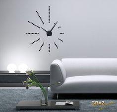 wandtattoo uhr schriften im wohnzimmer in wei. Black Bedroom Furniture Sets. Home Design Ideas