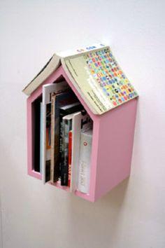 本の巣箱・・・屋根も中身も本で作られたかわいい本の家。壁中にたくさん掛けてディスプレイしたいですね!