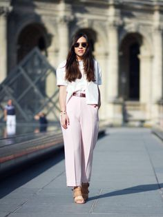 10 French Fashion Bloggers| Belted loose rose pants | Skinny belt | Style | White shirt |  Fashion | Chic | Modern | Effortless outfit | Inspiration |