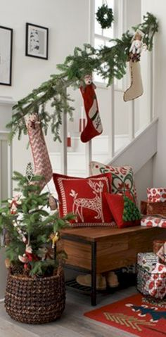 Nice 44 Adorable Christmas Stairs Decoration Ideas. More at http://trendecor.co/2017/11/02/44-adorable-christmas-stairs-decoration-ideas/