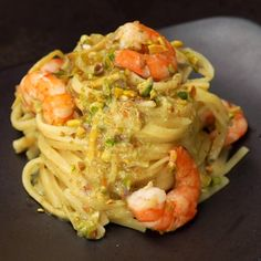 "Este é o vídeo ""Linguine al limone con gamberi e pistacchi"" de Al.ta Cucina no Vimeo, o lar dos vídeos de alta qualidade e das pessoas… Salmon Recipes, Lunch Recipes, Pasta Recipes, Chicken Recipes, Cooking Recipes, Healthy Recipes, Comida Siciliana, Easy Healthy Breakfast, Healthy Eating"