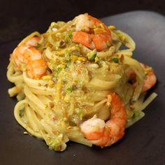 """Este é o vídeo """"Linguine al limone con gamberi e pistacchi"""" de Al.ta Cucina no Vimeo, o lar dos vídeos de alta qualidade e das pessoas… Vegetarian Recipes, Cooking Recipes, Healthy Recipes, Pasta Dishes, Food Dishes, I Love Food, Good Food, Pasta Salad Recipes, Dinner Menu"""