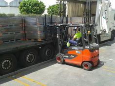 Maniobra de descarga de camión en el curso de Carretilla Frontal en Taisa, distribuidor de Mahou en Málaga