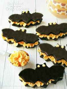 No tricks, just treats with these Bat Red Velvet Halloween Oreo Cookies! They are made with a red velvet cake mix with orange Oreo cream filling. Halloween Mignon, Bolo Halloween, Halloween Treats To Make, Halloween Oreos, Dessert Halloween, Theme Halloween, Halloween Goodies, Halloween Food For Party, Holidays Halloween