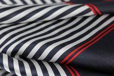 Fashionista et modeuses aimeront ce beau foulard chic pour femme avec rayures de couleur rouge, bleu marine et blanc, foulard en soie pas cher.