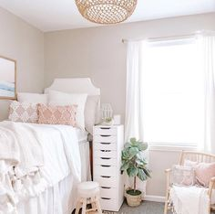 This is by far one of the most impressive dorm rooms of this year! I am literally OBSESSED Dorm Room Headboards, Dorm Room Bedding, College Dorm Bedding, Boho Dorm Room, Cool Dorm Rooms, Preppy Dorm Room, Bohemian Dorm, Collage Dorm Room, Chic Dorm