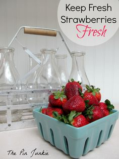 How to keep strawberries fresh (works for all types of fruit). Vinegar to the rescue. This really does work. I recommend this for all fresh fruit and vegetables. Fruit Recipes, Cooking Recipes, Healthy Recipes, Popsicle Recipes, Cooking 101, Cooking School, Healthy Salads, Healthy Options, Dessert Recipes