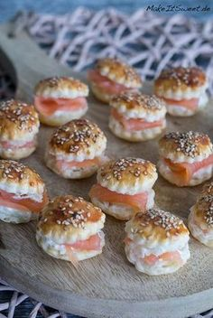 Mini Räucherlachs Burger Rezept A recipe for mini smoked salmon burger. Perfect as finger food, appetizers and party food. The mini burgers are made with sesame and a horseradish cream cream. Party Finger Foods, Snacks Für Party, Finger Food Appetizers, Appetizers For Party, Camp Snacks, Brunch Recipes, Appetizer Recipes, Snack Recipes, Party Buffet