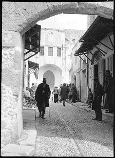 Roy, Lucien (architecte)Grèce ; Rhodes Hôpital des Chevaliers de Saint-Jean. Passants dans une ruelle vers la porte d'entrée. Date prise vue 1911