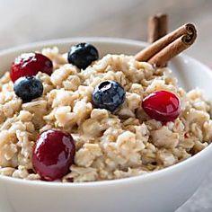 Haferflocken, frische Beeren und gesunde Mandeln: Porridge ist so gesund und lässt sich super leicht nachkochen - hier das Rezept für den Frühstücksbrei.